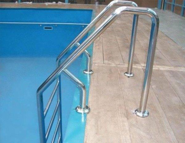 Такая лестница в бассейн из нержавейки не только красиво выглядит, но и очень удобна