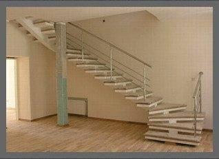Такой подъём на второй этаж должен только стимулировать рабочее состояние, хотя вы можете и не знать, что данная лестница третьего типа с точки зрения пожаробезопасности