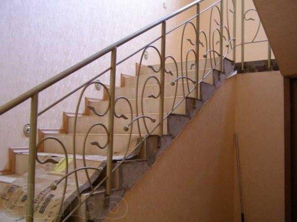 Типовая лестница с металлическими перилами