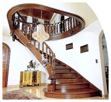 Типовые деревянные лестницы включают и такой одномаршевый вариант с поворотом на 90 градусов, хотя типовым его, безусловно, назвать никак нельзя