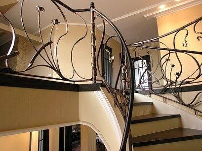 Типы лестницы обязательно включают в себя и такую характеристику как наличие площадки выхода, здесь она достаточно велика, что в сочетании с шириной, металлом и поворотом позволяет её определить как лестница тоннельного типа