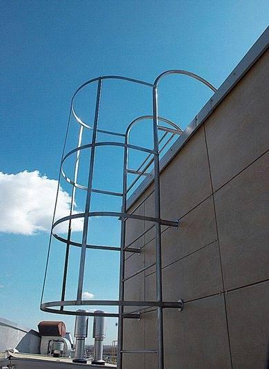 Участок вблизи площадки для выхода на крышу считается особо опасным и должен быть защищен соответственно.
