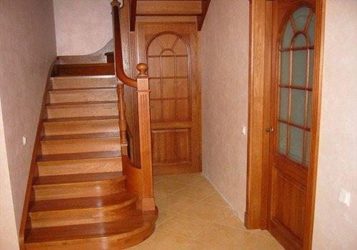 Удобная лестница из дерева на фото.