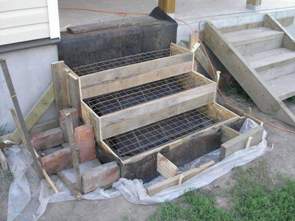 Укладка гидроизоляции и арматуры может производиться параллельно с процессов создания каркаса, особенно если речь идет о ступенях, где требует особый подход к проекту