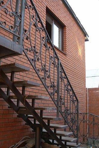 Уличная металлическая конструкция.