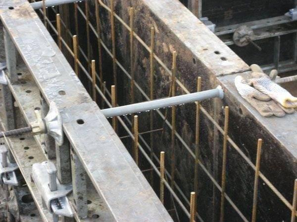 Установка арматуры в опалубку фундамента