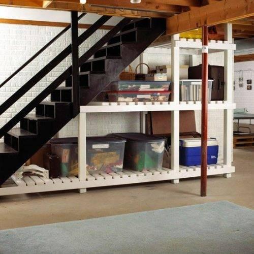 Устройство стеллажей для хранения под лестничным маршем.