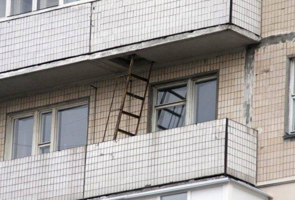 В данной ситуации лестница мешает