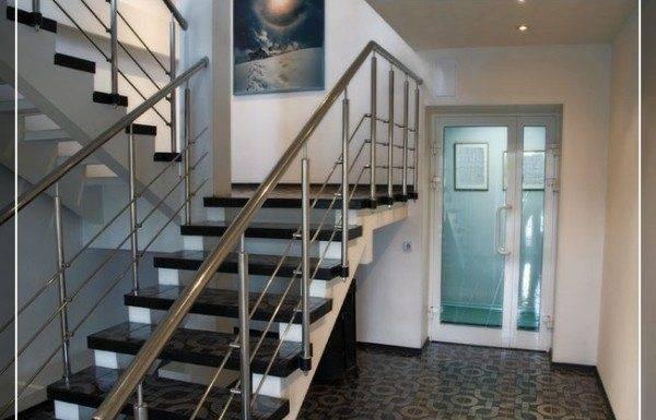 Красивые лестницы – обзор деревянных и кованых творений