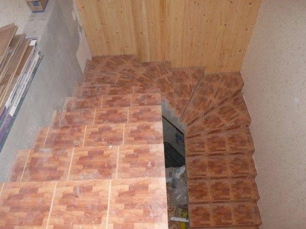 Вид лестницы с забежными ступенями.