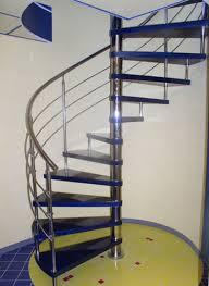 Винтовая лестница. Сочетание металла и пластика