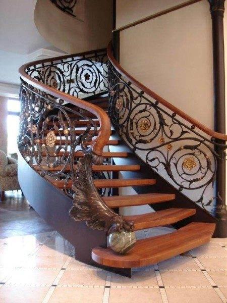 Внутренняя лестница на второй этаж – роскошная композиция дерева и металла