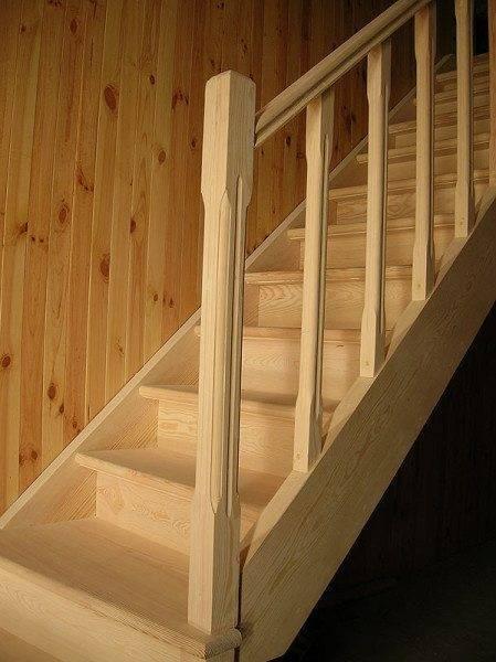 Возможно, расчет размеров лестницы, предлагаемой на фото, и проведён недостаточно точно – слишком крутой подъём, но не всегда удается войти в заданные граничные базовые размеры по высоте и длине