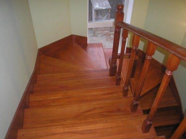 Время, потраченное на шлифовку, окупится внешним видом лестницы.