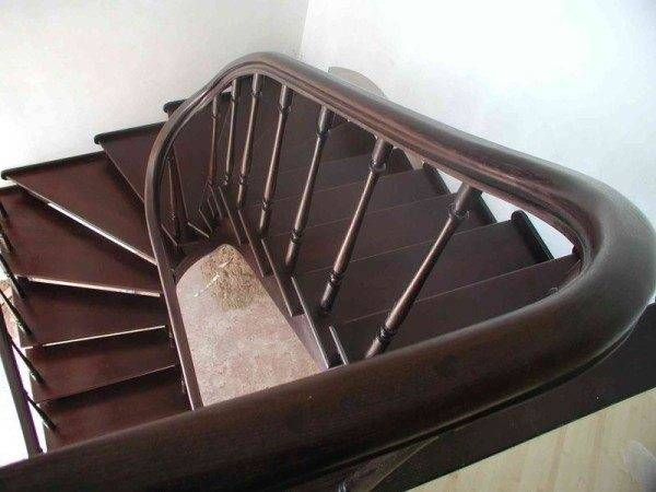Забежные лестницы нужны на поворотных конструкциях, чтобы сократить тот самый радиус поворота