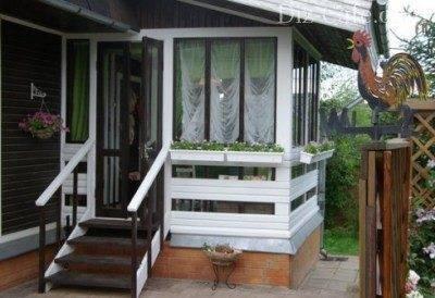 Закрытая веранда с крыльцом может успешно использоваться в качестве летней кухни