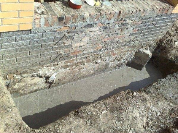Залитый бетоном фундамент будущего крыльца