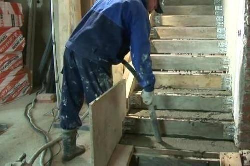 Заливка опалубки бетоном с помощью специального оборудования