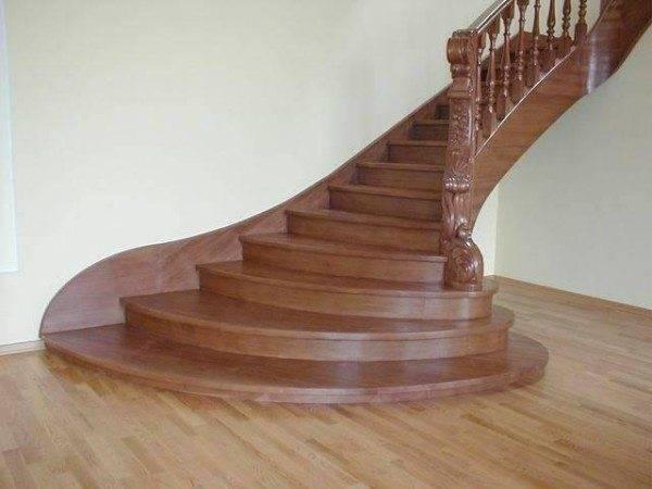 Заметной популярностью продолжают пользоваться деревянные лестницы в загородном доме.