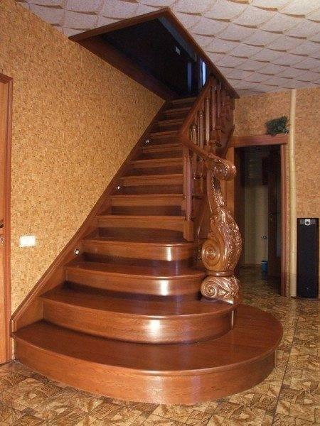 Здесь можно наблюдать смешивание стилей – ступеньки в стиле «модерн» и опорный столб чистейшей воды «классика»