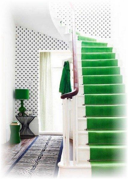 Зеленая дорожка не только «сужает» марш, но также задает тон всему интерьеру, делая яркий, но гармоничный акцент