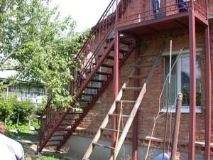 Железные лестницы для улицы могут вести как на первый, так и на второй этаж.